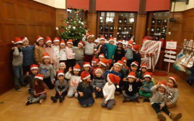 Nos petits lutins préparent Noël en attendant le Père Noël.